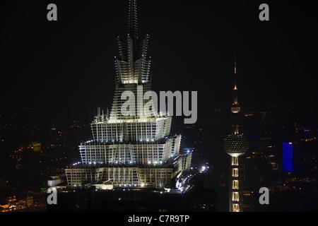 Vue de nuit sur la skyline dominé par bâtiment Jinmao et l'Oriental Pearl TV Tower, Shanghai, Chine Banque D'Images