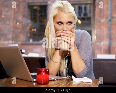 Cute girl de boire du café sur un café de la ville. Banque D'Images
