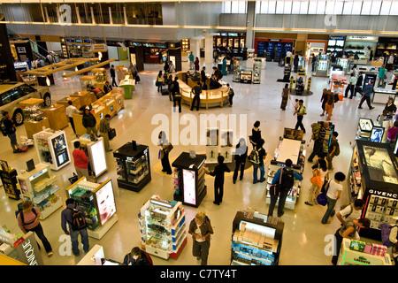Le Qatar, l'aéroport de Doha. Duty free shop salon
