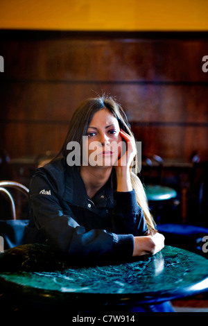 Pensive woman sitting at bar Banque D'Images