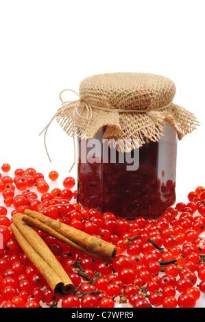 Pot de confiture de groseilles rouges maison avec fruits frais - isolé Banque D'Images
