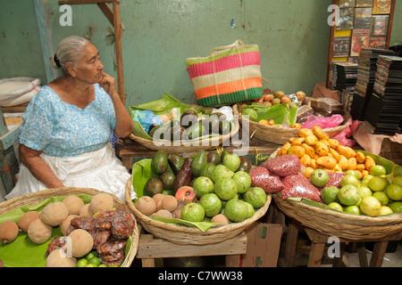 Managua Nicaragua Mercado Roberto Huembes shopping marché agriculture agriculture produits frais panier de fruits Banque D'Images