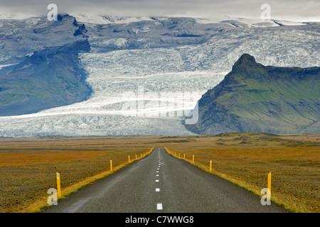 La rocade islandaise et les pentes de la plus haute montagne d'Islande Hvannadalshnúkur (2110m), une partie de l'Oraefajokull Banque D'Images