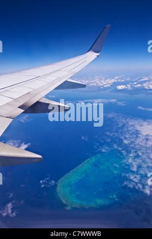 Vue d'une compagnie aérienne survolant la Grande Barrière de corail en Australie