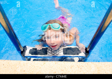 Petite fille blonde dans la piscine d'été avec lunettes Banque D'Images