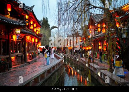 La Chine, le Yunnan, Lijiang, la vieille ville au crépuscule Banque D'Images