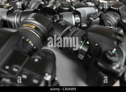 Appareils photo numériques de différentes marques rassemblées Banque D'Images