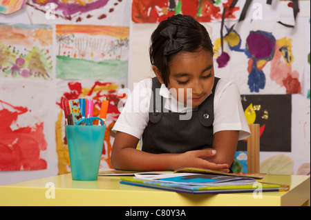 Une jeune fille de l'école lecture Banque D'Images