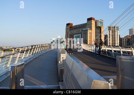 Du côté de Millennium Bridge Newcastle sur Tyne menant au Baltic Centre for Contemporary Art à Gateshead Banque D'Images