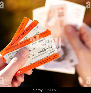 Personne qui détient des billets de train Banque D'Images