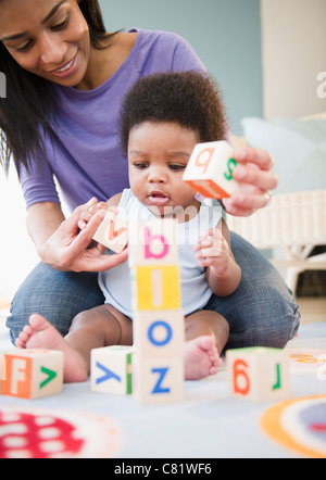 African American mother and son Playing with alphabet blocks Banque D'Images