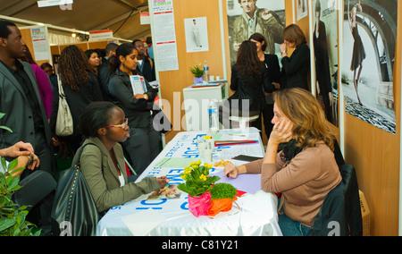 Paris, France, jeune femme d'origine africaine à Paris l'emploi, l'entrevue des candidats à l'emploi équitable, Banque D'Images