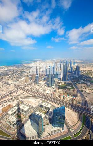 Voir plus de gratte-ciel et des routes dans la ville de Dubaï Banque D'Images