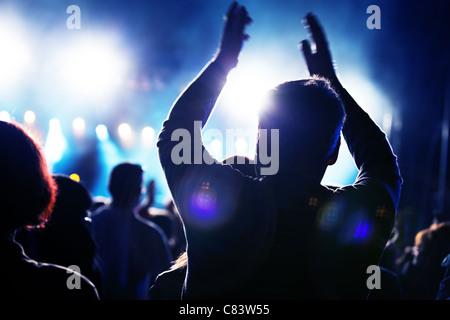 Des foules de gens s'amusant sur un concert de musique Banque D'Images