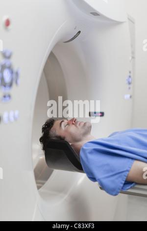 Pose du patient au scanner à l'hôpital Banque D'Images
