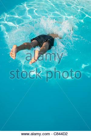 L'homme de plonger dans une piscine Banque D'Images