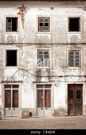 Old abandoned building facade Banque D'Images
