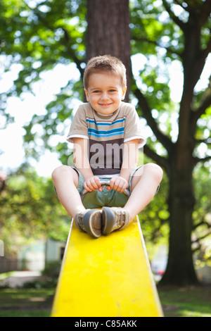 Garçon jouant sur Teeter-Totter, Washington Park Playground, Portland, Oregon, USA Banque D'Images