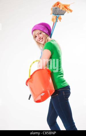 Portrait of Girl Holding Produits de nettoyage