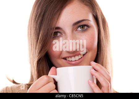 Jeune femme à boire le thé dans un mug Banque D'Images