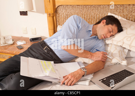 Man using Laptop in Hotel Room, Reef Playacar Resort and Spa, Playa del Carmen, Mexique Banque D'Images