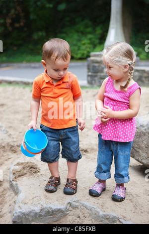 Garçon et fille jouant dans Sandbox, Washington Park Playground, Portland, Oregon, USA Banque D'Images