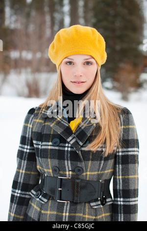 Femme en portant des bérets jaunes, Frisco, Comté de Summit, Colorado, États-Unis Banque D'Images
