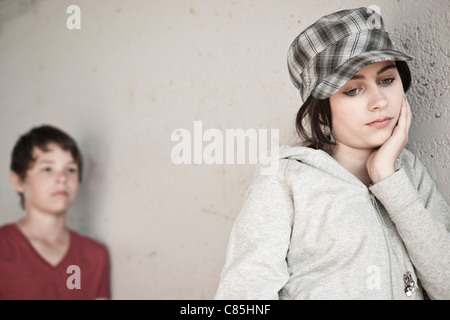 Girl and Boy Leaning on Wall Banque D'Images