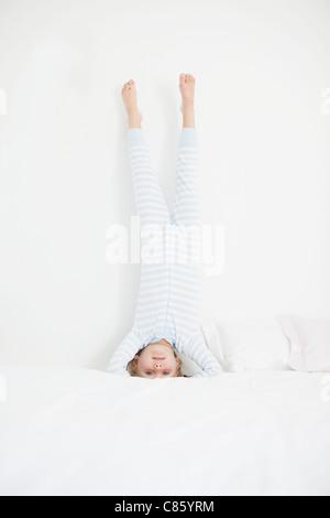 Petite fille en pyjama rayé faisant la wavecrest Banque D'Images