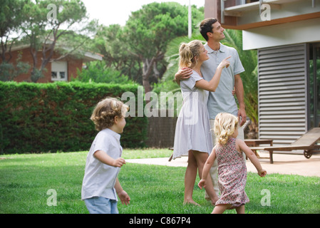 Family relaxing together in backyard Banque D'Images