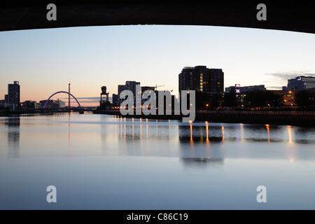 Coucher de soleil à Glasgow, vue vers l'ouest sous le Kingston Bridge le long de la rivière Clyde en direction du Clyde Arc Bridge, Écosse, Royaume-Uni