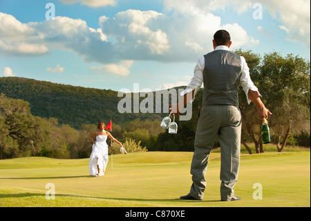 Golf Mariage - marié avec bouteille de champagne Banque D'Images