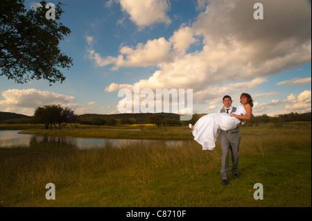 Marié avec son épouse au coucher du soleil Banque D'Images