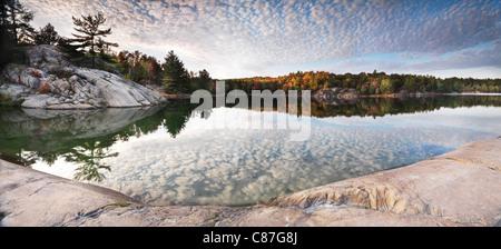 Les rochers et les arbres d'automne sur une rive du lac George. Magnifique vue panoramique de la nature. Le Parc Banque D'Images