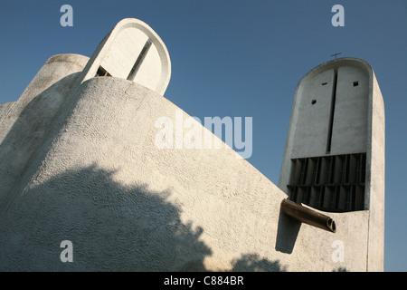 Chapelle Notre Dame du haut de l'architecte Le Corbusier à Ronchamp, France. Banque D'Images