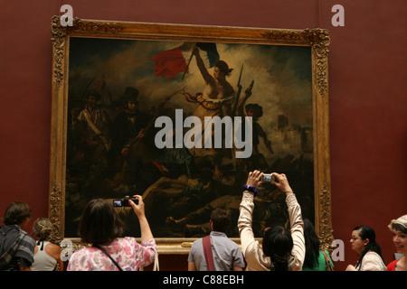 La liberté guidant le peuple par Eugène Delacroix (1830) au Musée du Louvre à Paris, France. Banque D'Images