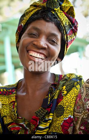Une femme attend de voir un médecin dans une clinique DE LUTTE CONTRE LE SIDA soutenu par le Secours catholique Banque D'Images