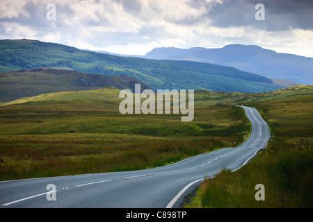 Vide route qui traverse la campagne rurale Banque D'Images