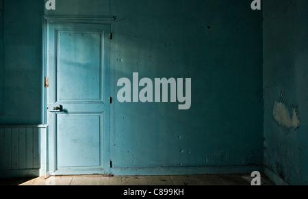 Chambre bleue dans maison abandonnée Banque D'Images