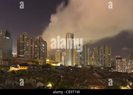 La Chine, Shanghai, View of skyscrapers in city at night Banque D'Images