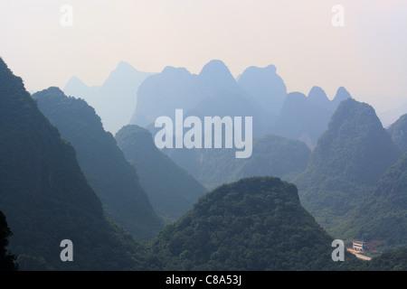 Sur les montagnes depuis la montagne de la lune ou la lune hill, Yangshuo, Chine Banque D'Images