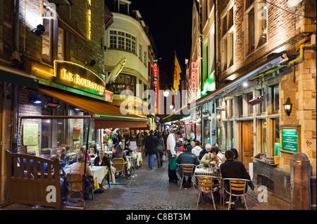 Restaurants La nuit sur la Petite Rue des Bouchers, Bruxelles, Belgique Banque D'Images