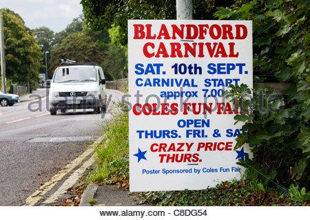 Vue rapprochée d'un Carnaval Blandford signe routière à Blandford Forum, Dorset, Angleterre Banque D'Images