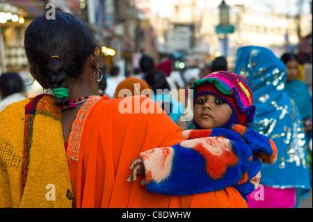 Scène de rue dans la ville sainte de Varanasi, Benares, Inde du Nord Banque D'Images