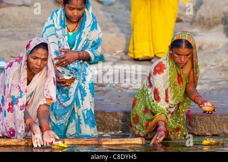 Pèlerins hindous se baignent et tenir la prière des bougies dans le Gange à Ghat Dashashwamedh dans la ville sainte Banque D'Images