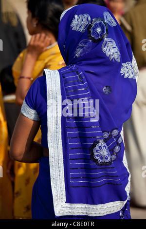 Pèlerin hindou avec blue sari à Ghat Dashashwamedh dans la ville sainte de Varanasi, Benares, Inde Banque D'Images