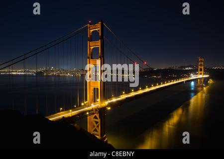 San Francisco Golden Gate Bridge et sur les toits de la ville sur la baie à l'Heure Bleue Banque D'Images
