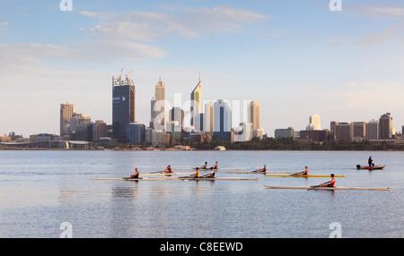 Les barques et les rameurs sur la rivière Swan. Banque D'Images