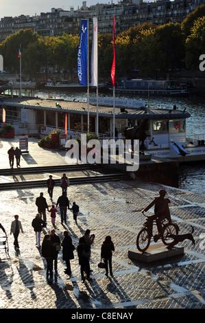 Quais de Seine, à côté de la Tour Eiffel, au crépuscule, Péniche, bateau touristique, biker sculpture Banque D'Images