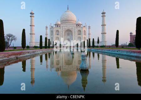 Le Mausolée du Taj Mahal le sud avec miroir d'eau et de cyprès, de l'Uttar Pradesh, Inde Banque D'Images